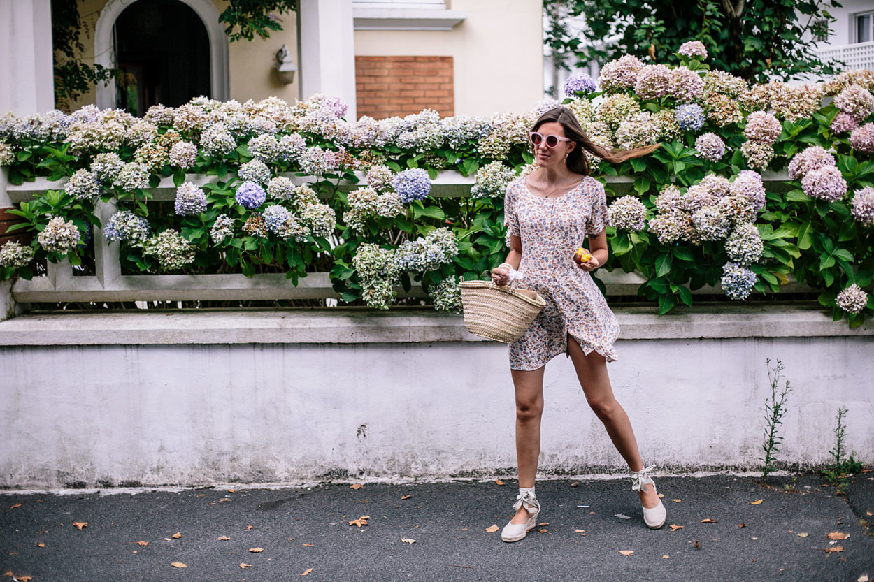 Tenue éco-responsable : robe vintage, espadrilles made in Spain & panier - Bloomers.eco