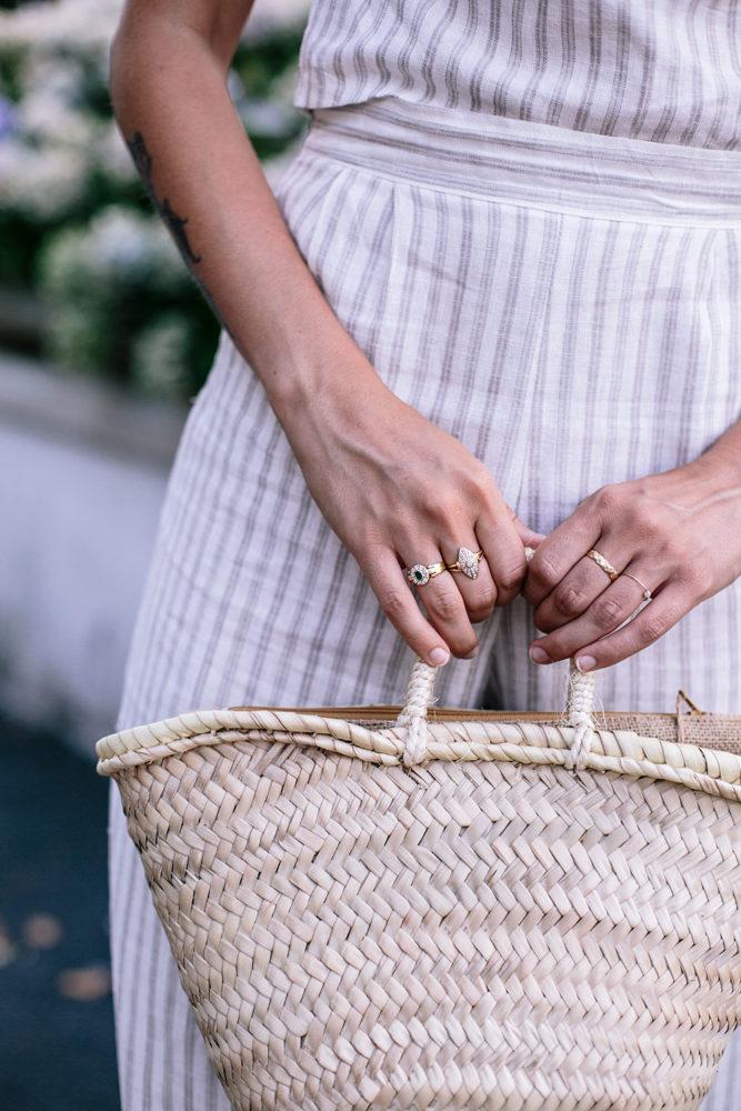 panier en fibres naturelles et bijoux vintage dorés - Bloomers.eco