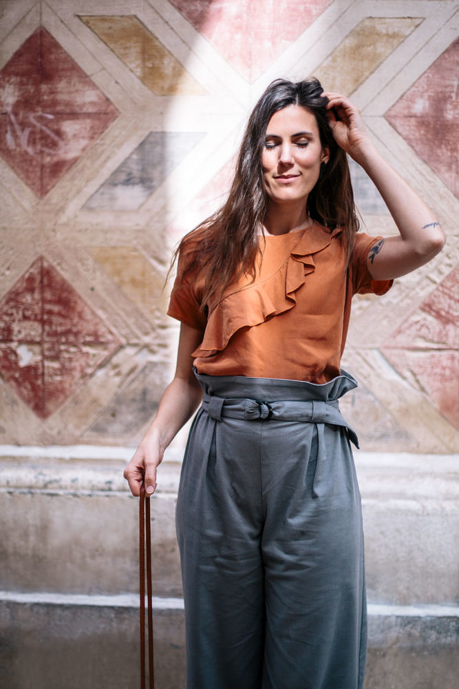 Look responsablement chic de printemps : pantalon taille haut + haut orange à volant fabriqués en Europe - Bloomers.eco