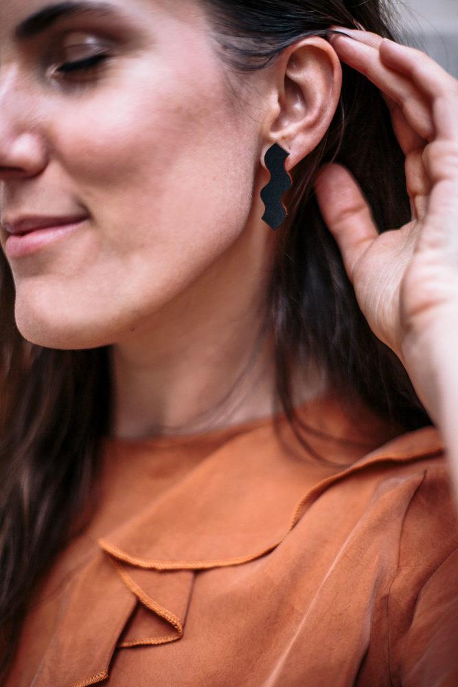 Bijoux éco-responsables : Boucles d'oreilles en bois fabriquées en Finlande - présentées par Bloomers.eco