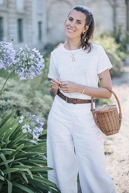 Une tenue blanche éco-chic en lin