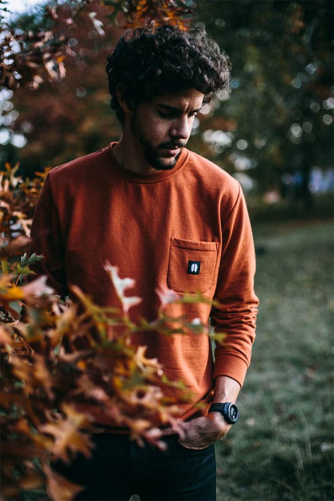 Julian avec un sweatshirt éco-responsable de chez WeDressFair